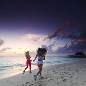 Две женщины, работающие на пляже — Стоковое фото