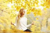 Mujer meditando en el parque otoño — Foto de Stock