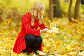 Woman collect leaves — Stockfoto