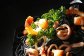 černé špagety s mořskými plody — Stock fotografie
