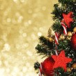 Decorated Christmas tree on glitter background — Zdjęcie stockowe