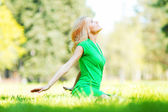 Woman sitting on grass — Stockfoto