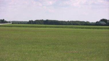 Konkurrent pilot rullar hans glider på banan efter sista landning — Stockvideo