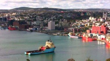 Anchor Handling Tug Supply vessel sailing to moor on pier. — Vídeo Stock