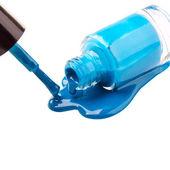 Azul de esmalte de uñas y cepillo sobre fondo blanco — Foto de Stock