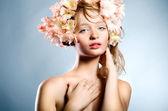 Retrato de mujer joven rubia con flores — Foto de Stock