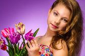 Piękna, młoda dziewczyna z tulipany — Zdjęcie stockowe