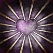 Dark grunge purple heart with rays background — Foto Stock