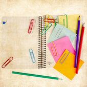 Bloc-notes avec crayons de couleur — Photo
