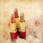 复古口红与鲜花 — 图库照片