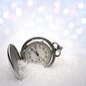 雪の中で横になっている時計 — ストック写真