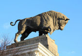 Bull sculpture on the building of the meat industry — Stock Photo