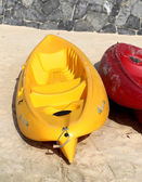 Yellow and red kayaks — 图库照片