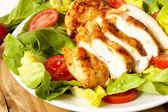 Kyckling skivor med sallad — Stockfoto