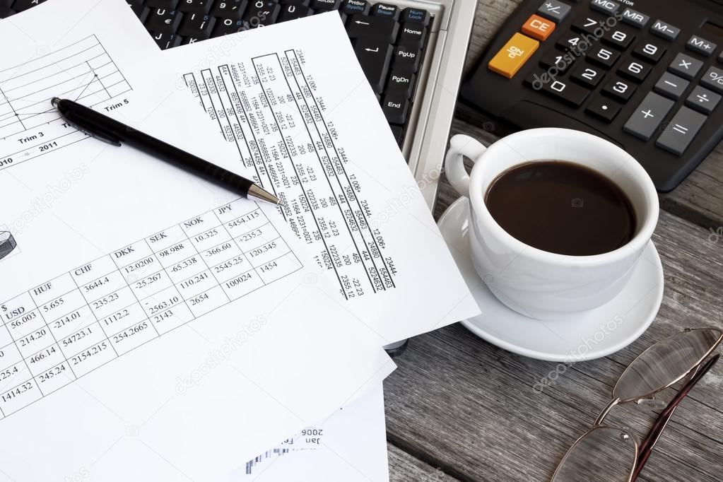 财务和办公室的对象概念与附近的咖啡