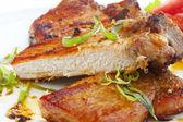 Gegrilde steak met kruiden en groenten — Stockfoto