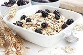 Pequeno-almoço saudável com amoras — Fotografia Stock