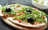 Pizza Margherita with Fresh Arugula Leaves and Olives — Stock Photo