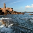 Old lighthouse on the pink rocks Atlantic coast of Brittany — Stock Photo