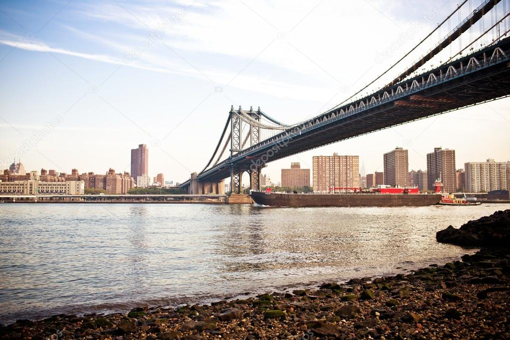 The Manhattan Bridge seen from Brooklyn Bridge Park. — Stock Photo #13747156