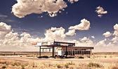 Vecchia stazione di gas in città fantasma lungo la route 66 — Foto Stock