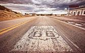Um escudo de 66 rota velho pintado na estrada — Foto Stock