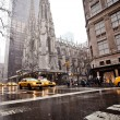 Fifth Av. near St. Patrick Cathedral, New York City — Stock Photo