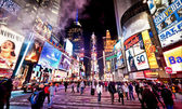 Gekenmerkt met de theaters van broadway in new york city times square — Stockfoto