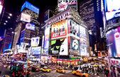 Verlichte gevels van broadway theaters — Stockfoto