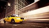 Taxicab in front of department store Macy's — Stock Photo