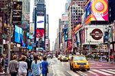 Broadway tiyatroları ile times meydanı — Stok fotoğraf