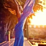atraktivní dívka tančí v vlající modré šaty — Stock fotografie