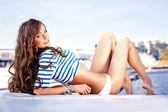 Ragazza attraente su uno yacht al giorno d'estate — Foto Stock
