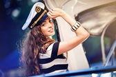 Chica atractiva en un yate en día de verano — Foto de Stock