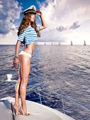 Atraktivní dívka na jachtě v letní den — Stock fotografie