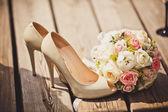 Matrimonio bouquet e sposa scarpe — Foto Stock
