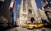 Yellow taxis rides on 5th Avenue — Stock Photo