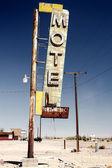 Отель знак разорения вдоль исторического маршрута 66 — Стоковое фото