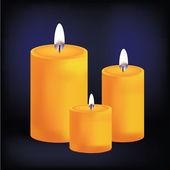 реалистичные три желтые свечи на темном фоне — Cтоковый вектор