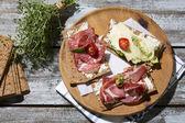 Knaeckebrot mit Wurst und Käse — Stockfoto
