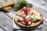 Knaeckebrot mit Wurst und Käse — Stock Photo