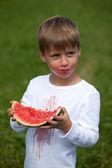 Niño comiendo una sandía — Foto de Stock