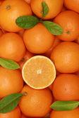 Апельсины с листьями в коробке — Стоковое фото