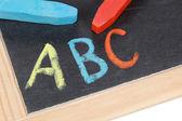 Abc bir ilköğretim okulunda bir kara tahta üzerinde — Stok fotoğraf