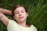 Dziewczyna leżąc na łące w przyrodzie — Zdjęcie stockowe