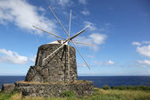 Molino de viento en la isla de corvo azores portugal — Foto de Stock