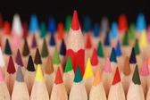 Concept rood potlood staande uit van de menigte — Stockfoto