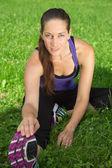 Frau die stretching-übung vor dem sport auf einer wiese — Stockfoto