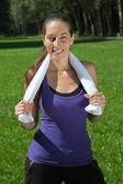 Mujer deportiva con una toalla — Foto de Stock
