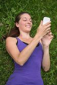 使用智能手机的年轻女子 — 图库照片